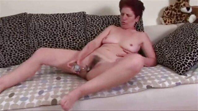 Alinka est une star du porno en herbe maigre brune agression sexuelle porn