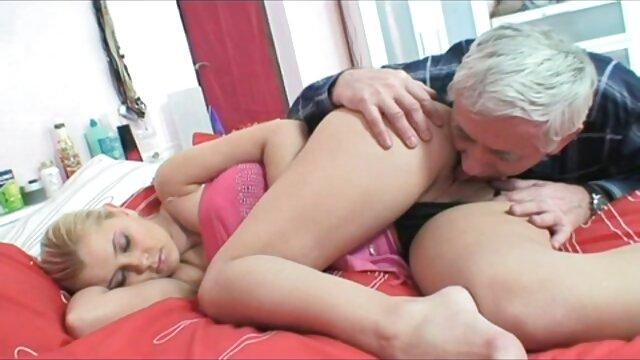 Les gays baisent sur le canapé video punition sexuelle